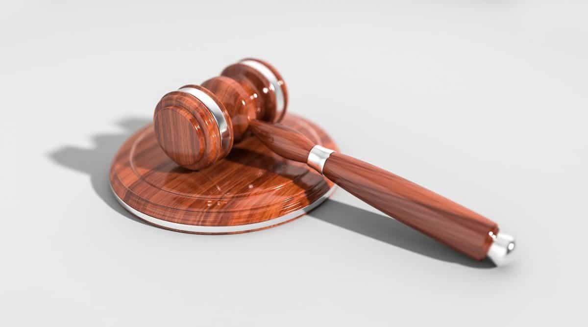 פטיש בית המשפט נוצץ